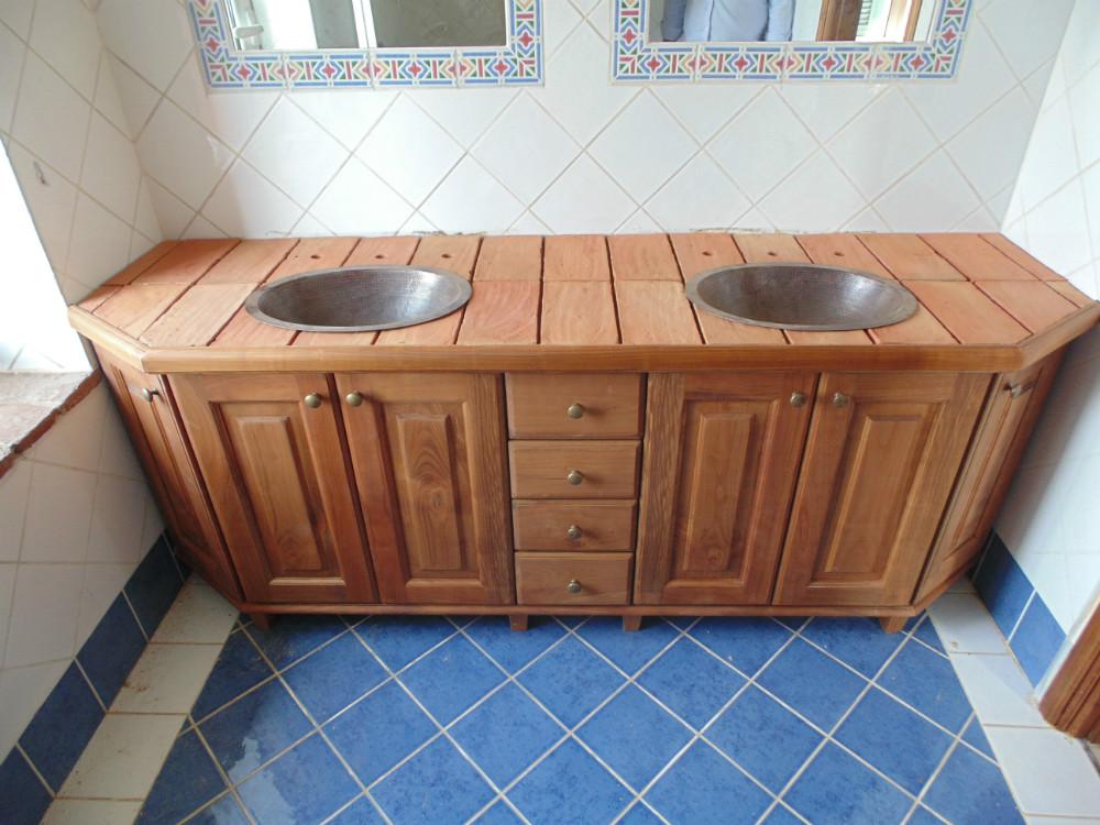 Mobile bagno con top in tavelle antiche e lavabo in rame